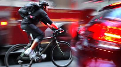 Cyklisti to na cestách nemajú jednoduché. Vodiči sú však na tom rovnako